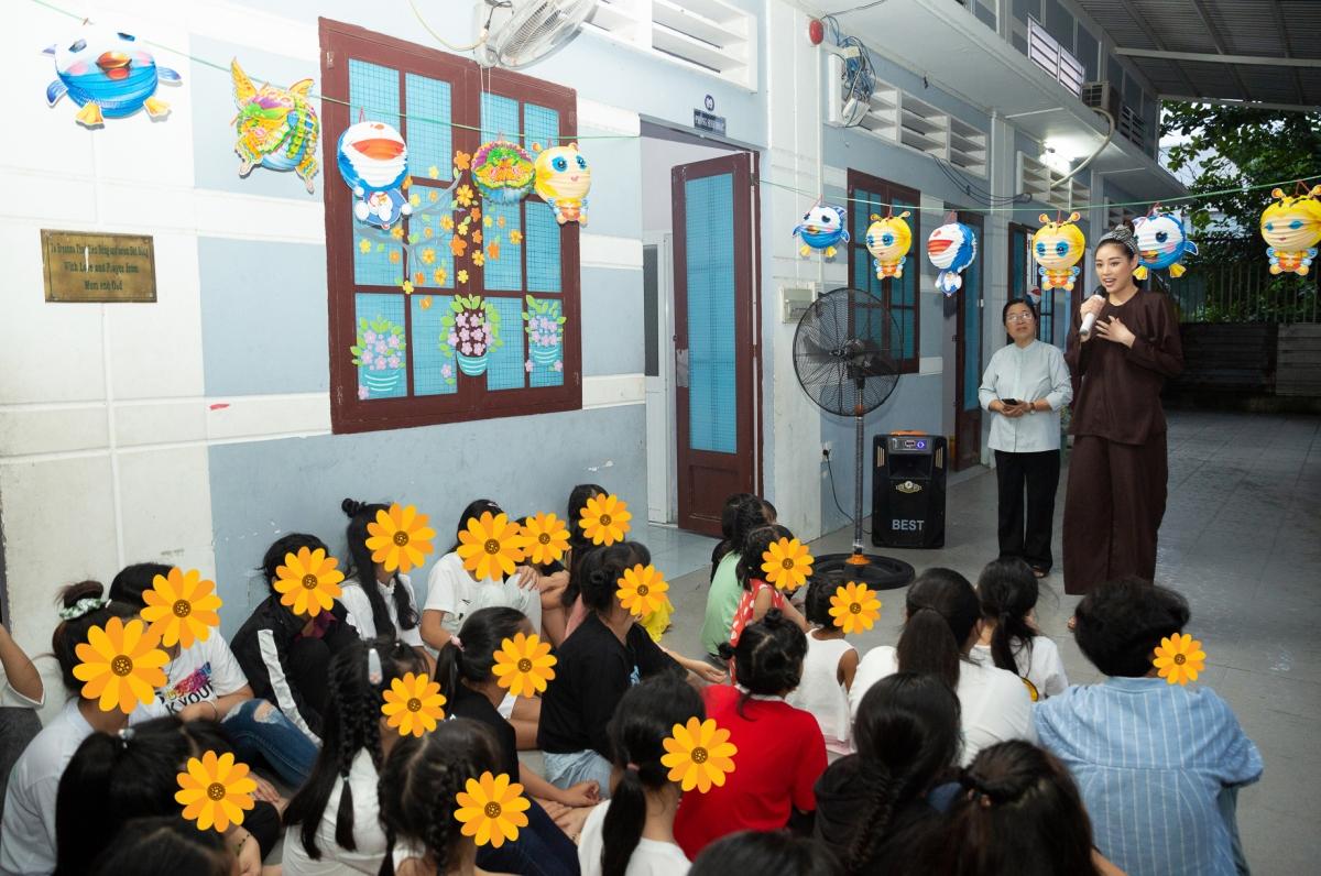 Vì vậy, Khánh Vân bàn bạc cùng các chị tình nguyện viên tại OBV để lên kế hoạch tổ chức một đêm trung thu ý nghĩa cho các em gái đang sống tại đây.