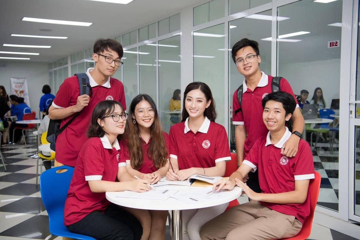 Hoa hậu Lương Thùy Linh và những người bạn.