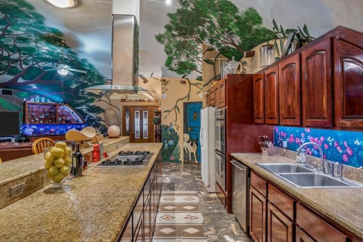 Phòng bếp với nội thất gỗ và đá cẩm thạch.