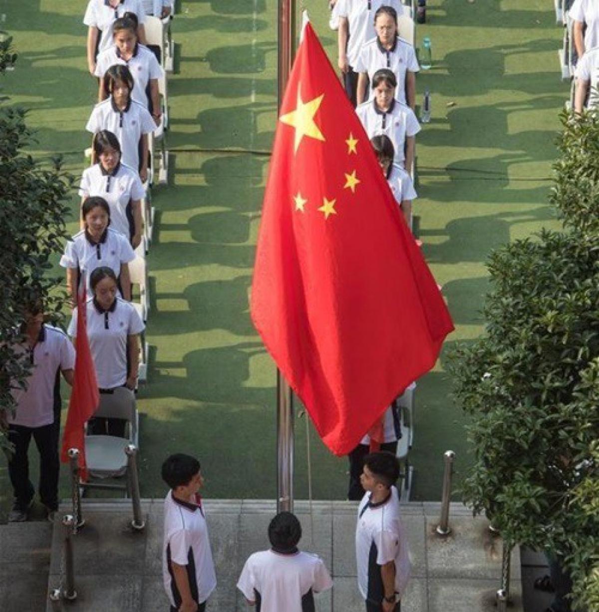Lễ khai giảng tại một trường trung học ở Vũ Hán sáng 1/9. Theo quy định, trong vườn trường, học sinh không phải đeo khẩu trang. Ảnh: Tân Hoa xã.