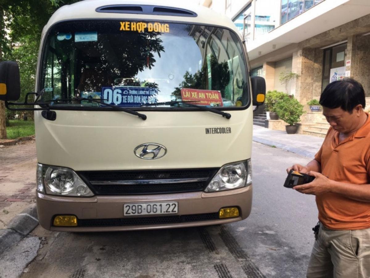 Xe ô tô BKS: 061.22 tham gia hoạt động vận chuyển, đưa đón học sinh của Trường THCS Lương Thế Vinh do lỗi không ký hợp đồng vận chuyển bị lực lượng chức năng phát hiện, xử lý.