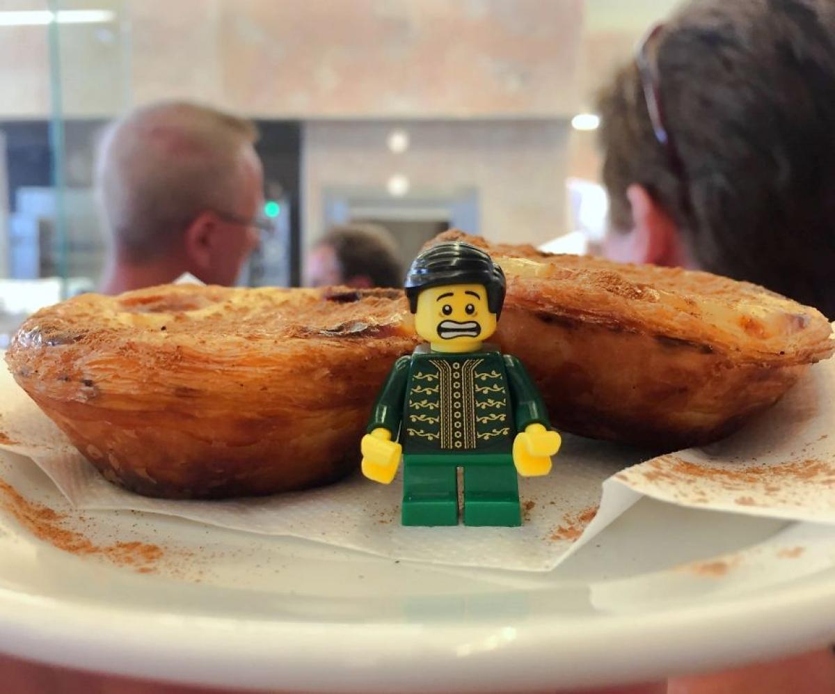 Một cô gái người Mỹ mới đây đã chia sẻ chùm ảnh vui khi cô đi du lịch với món đồ chơi lego của bạn trai. Trong hình là anh chàng lego đang thích thú thưởng thức món bánh truyền thống của Bồ Đào Nha.