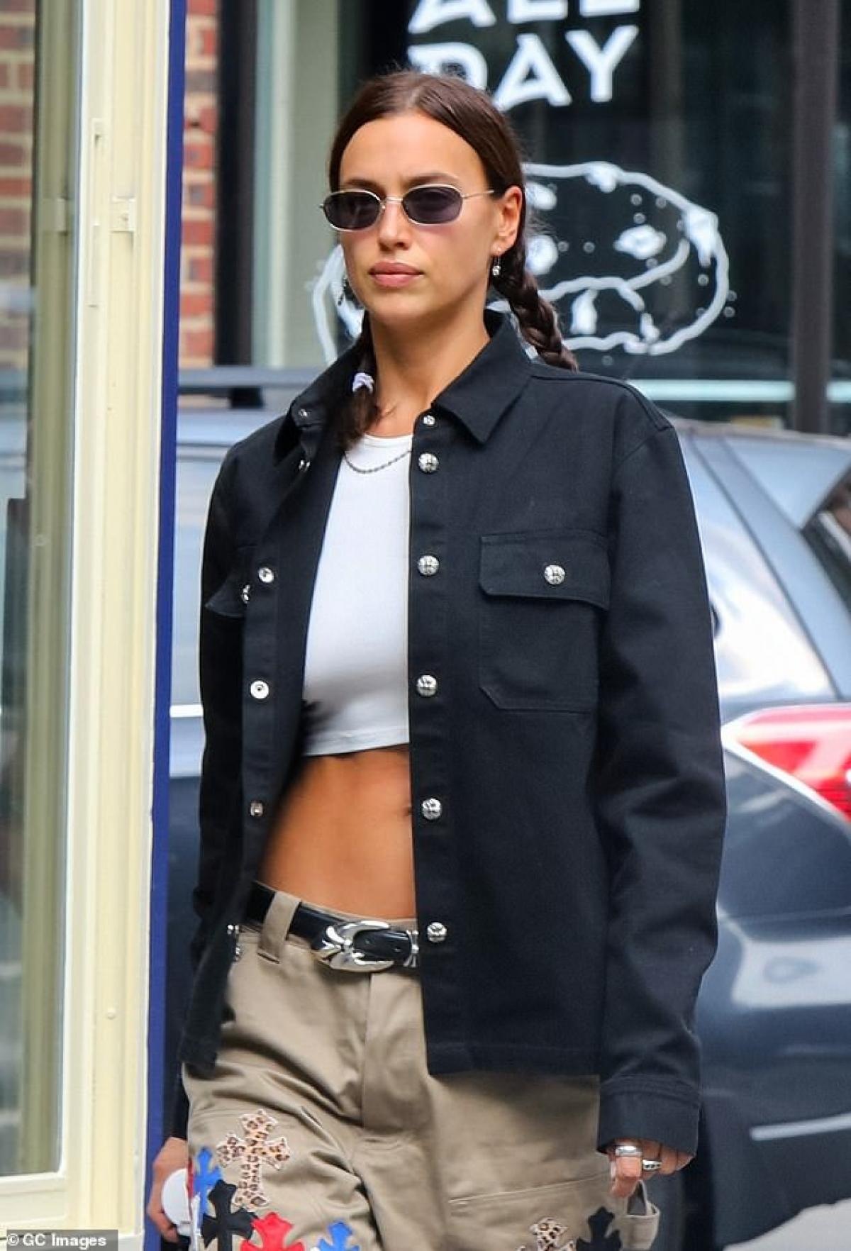 Trong thời điểm này, Irina Shayk liên tục bị bắt gặp sánh đôi cùng bạn trai cũ - Bradley Cooper làm dấy lên tin đồn tái hợp.