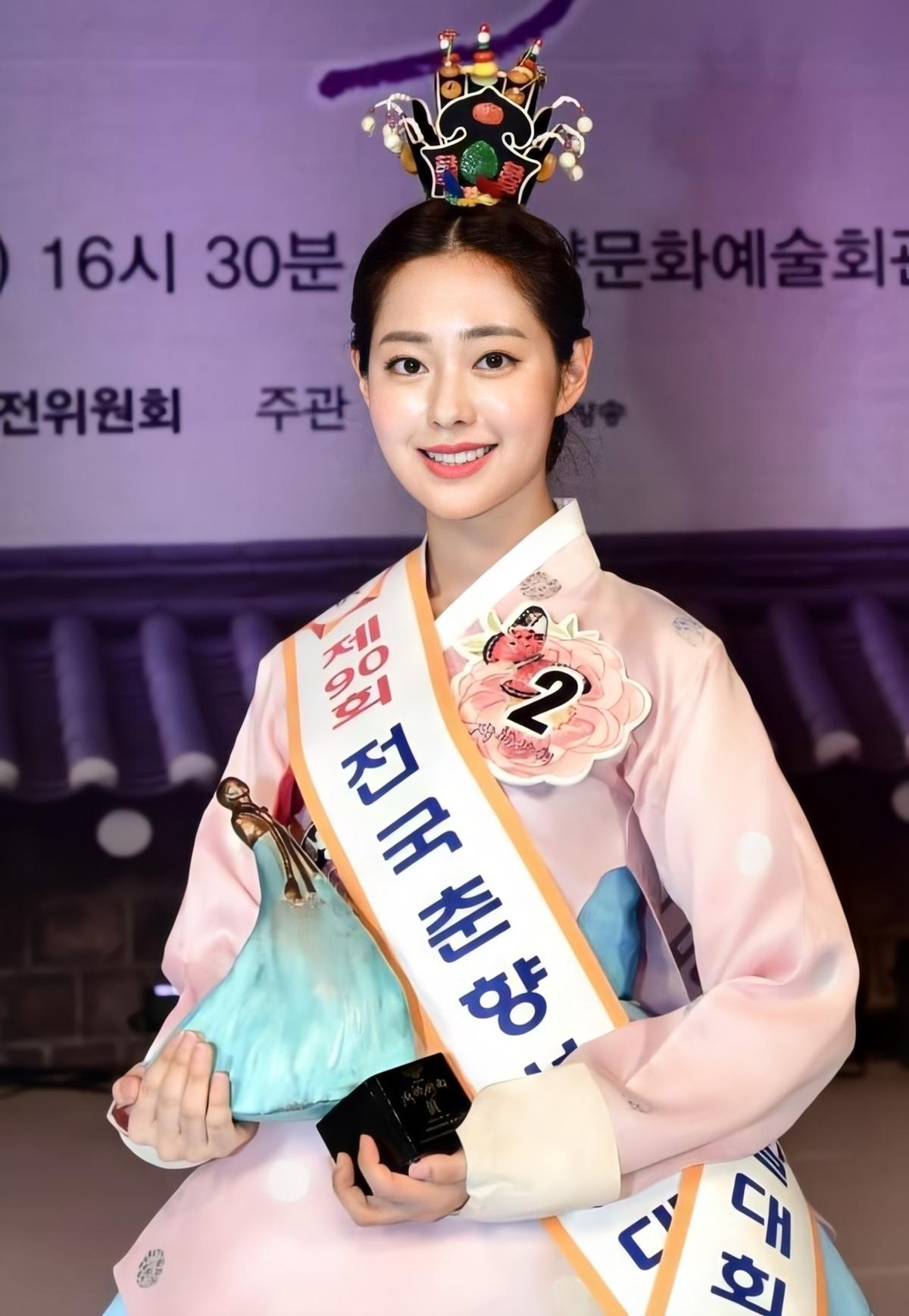 Mới đây, Shin Seulgi sinh năm 1998 đã vượt qua 32 gương mặt nổi bật để đăng quangHoa hậu Truyền thống Hàn Quốc 2020 (Miss Chunhyang 2020).