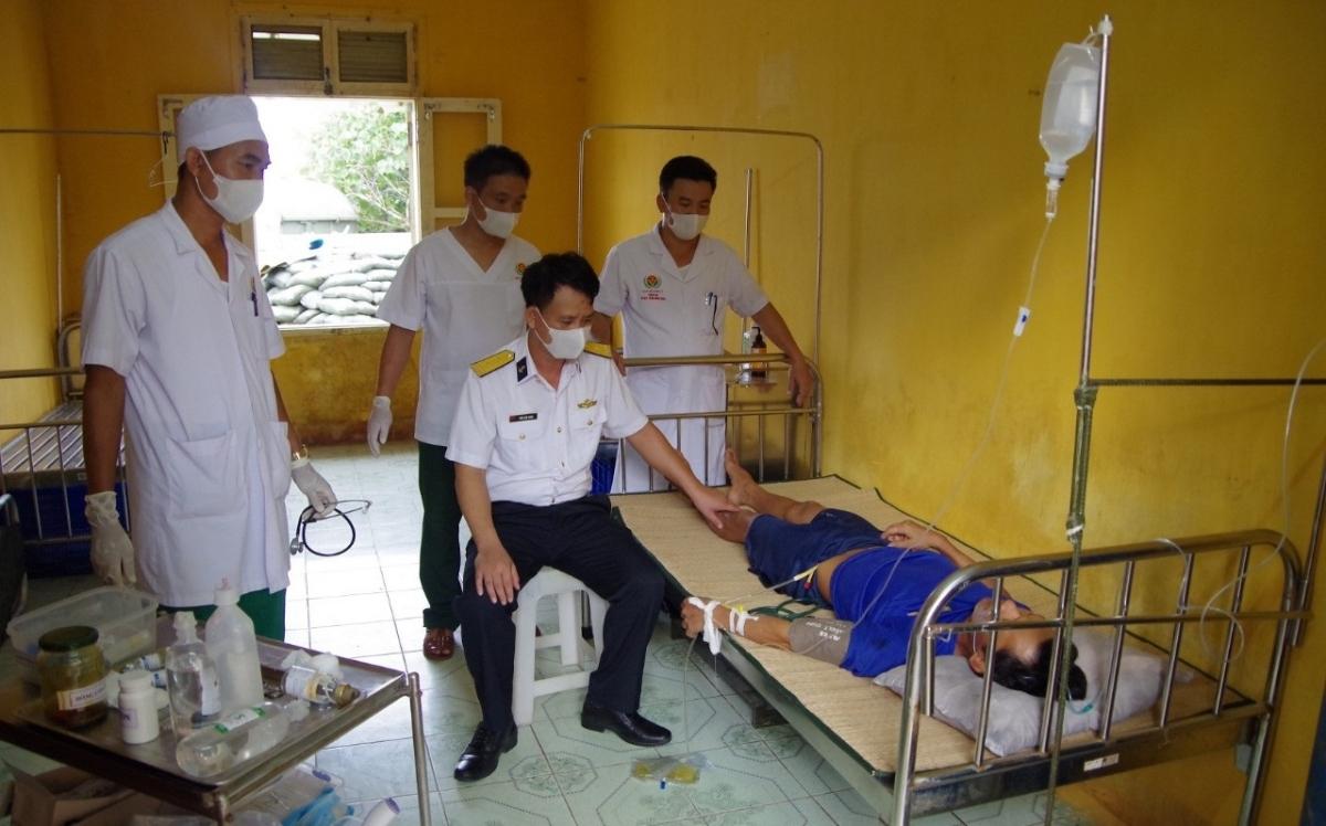 Các y, bác sĩ đảo Phan Vinh điều trị cho bệnh nhân. Ảnh: Báo Hải quan