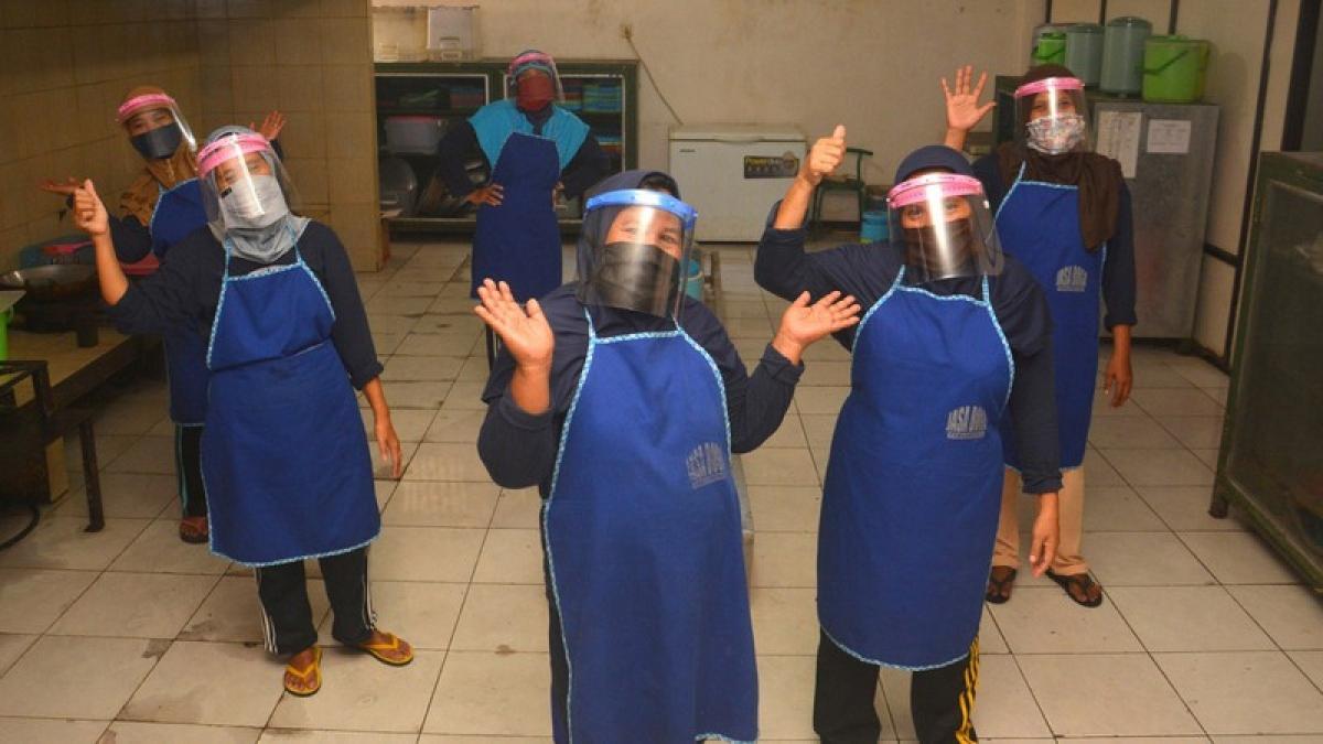 Chính quyền địa phương xây dựng bếp ăn phục vụ cách ly tại trường. Nguồn: Antara