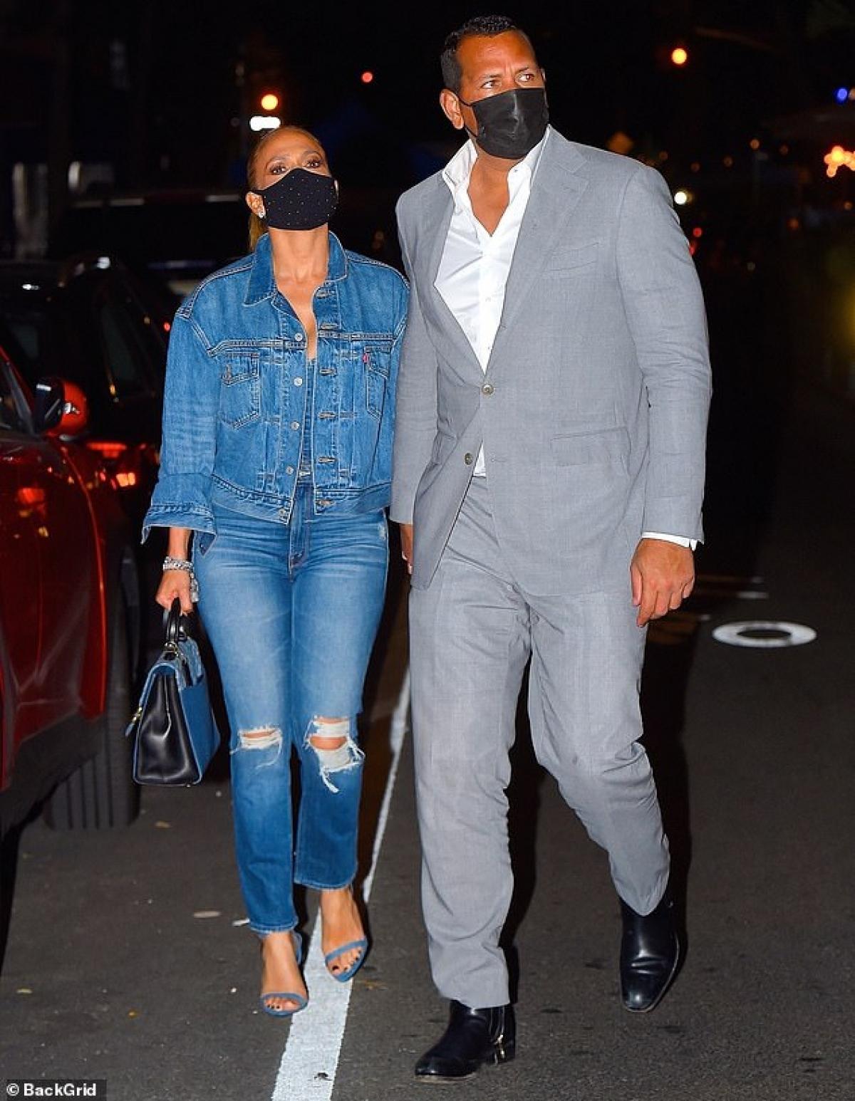Jennifer Lopez và bạn trai Alex Rodriguez tay trong tay sánh bước đi dự tiệc tối ở New York ngày 8/9 vừa qua, theo giờ địa phương.