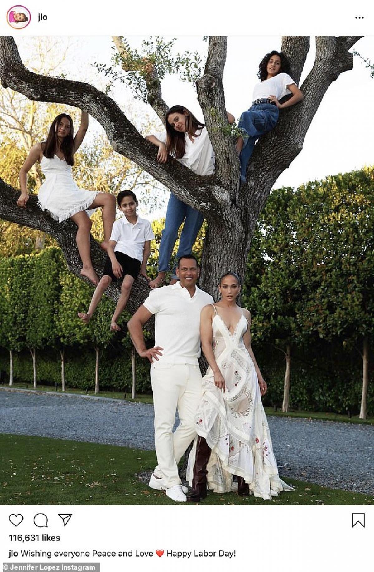 Nhân ngày lễ Lao động Mỹ (7/9) trước đó, gia đình Jennifer Lopez chụp ảnh kỷ niệm cùng nhau.