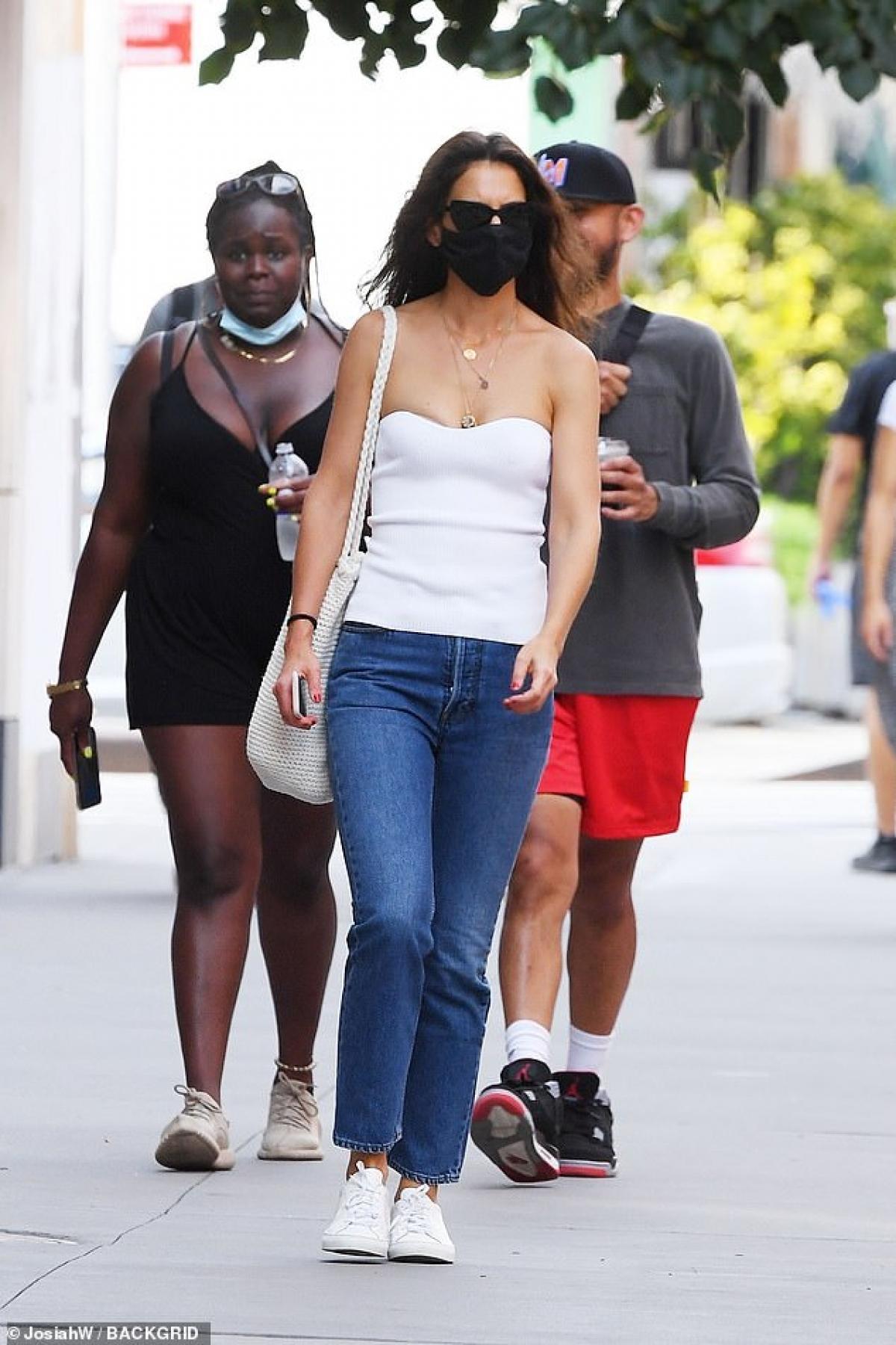 Vừa qua, Katie Holmes thu hút mọi ánh nhìn khi đang đi dạo phố ở New York.