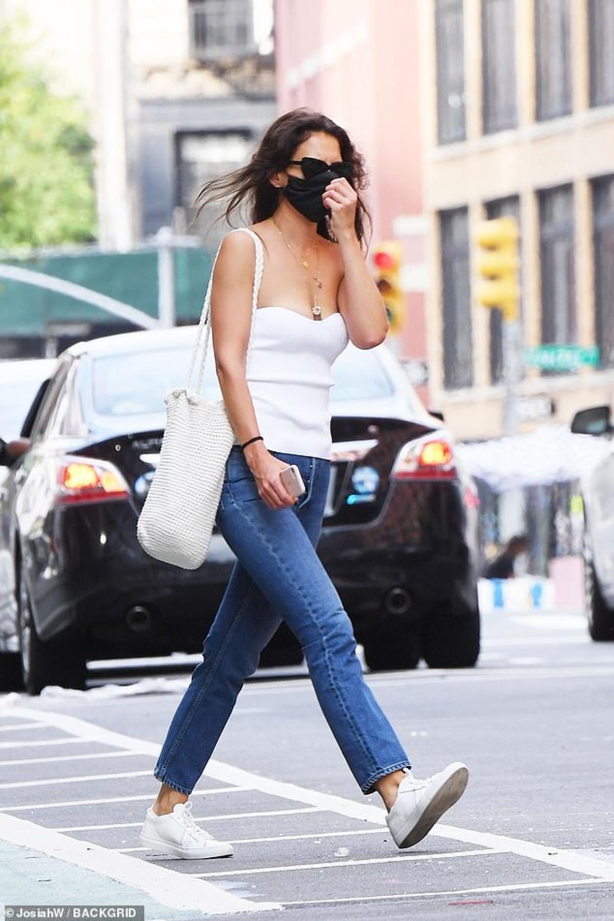Nữ diễn viên diện áo quây màu trắng và quần jeans khỏe khoắn, khoe khéo vai trần gợi cảm.