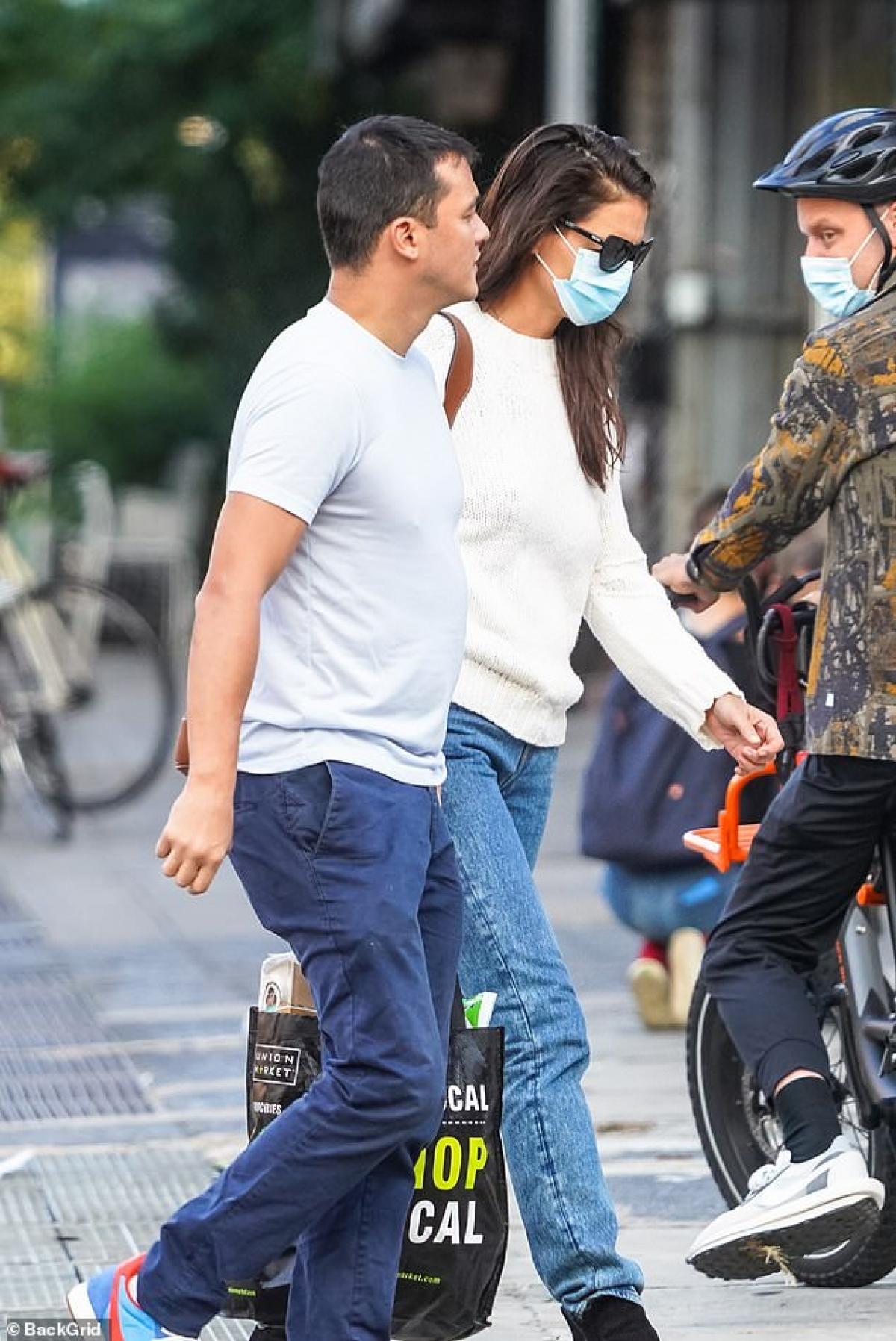 Ngày 13/9, Katie Holmes vừa được người tình Emilio Vitolo lái xe đưa về nhà sau 5 tiếng hẹn hò tình cảm.