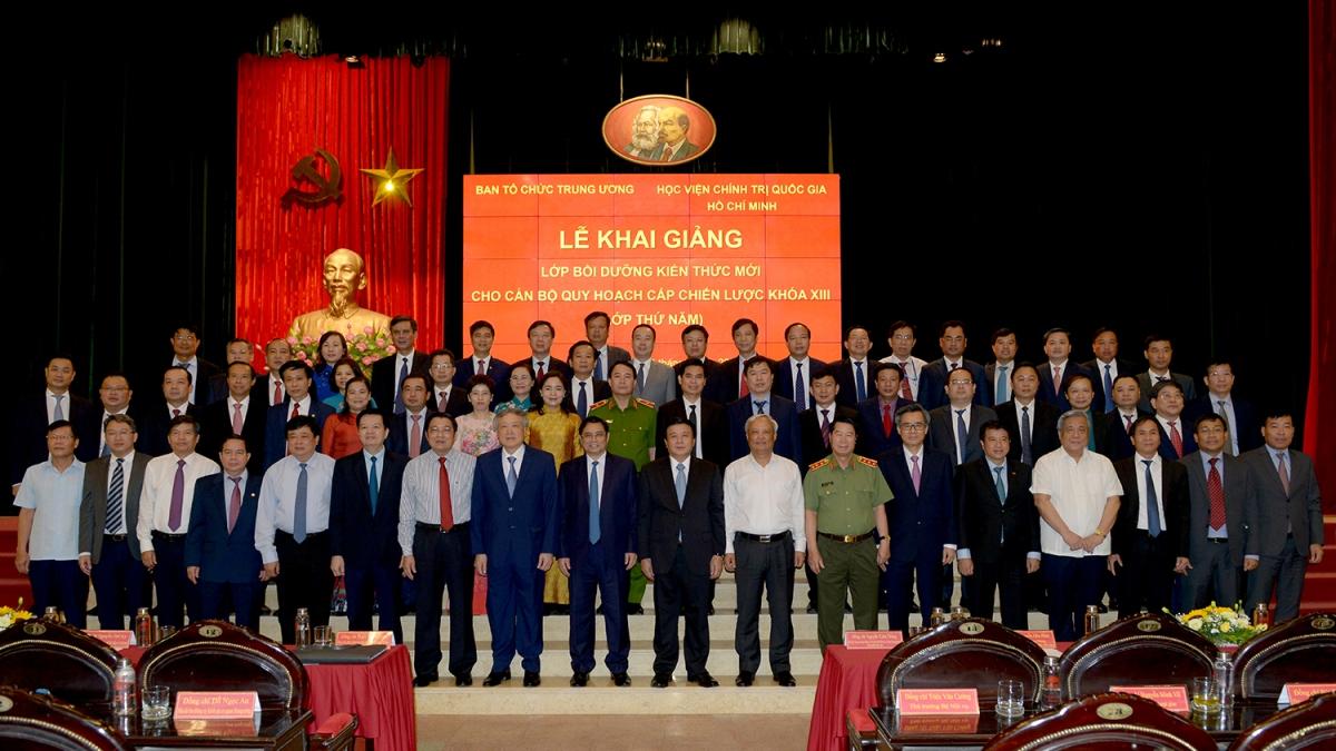 Lãnh đạo Đảng, Nhà nước, các thầy cô giáo và toàn thể học viên Lớp bồi dưỡng thứ 5 chụp ảnh lưu niêm trong ngày khai giảng (Ảnh: Học viện Chính trị quốc gia Hồ Chí Minh)