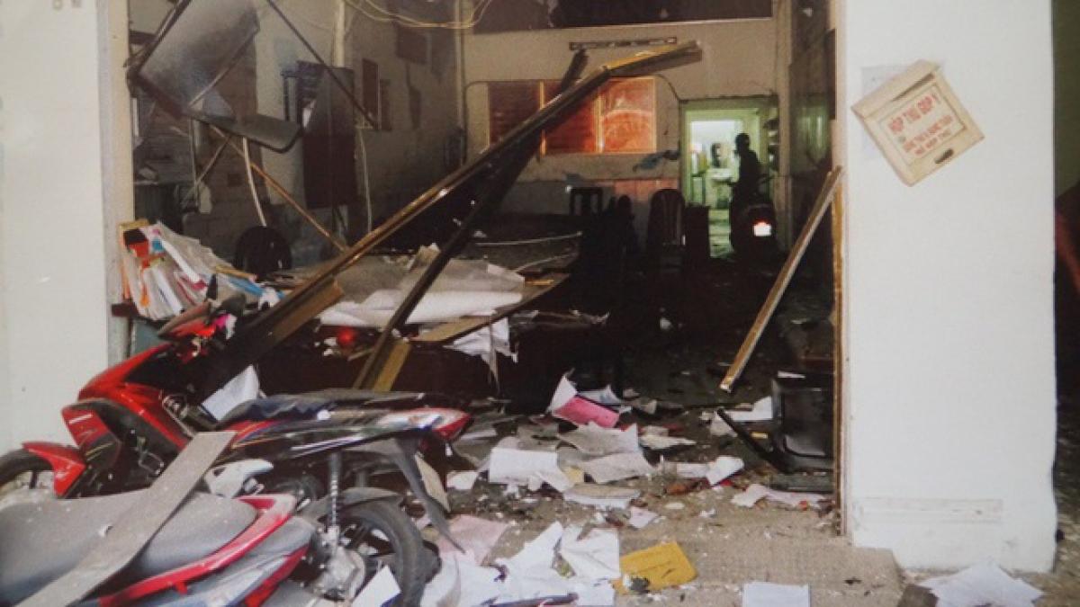 Hiện trường vụ nổ bom khủng bố tại trụ sở Công an Phường 12, quận Tân Bình.