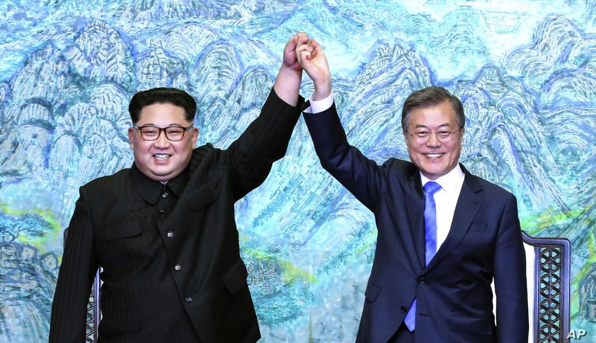 Nhà lãnh đạo Triều Tiên Kim Jong-un và Tổng thống Hàn Quốc Moon Jae-in. Ảnh: AP