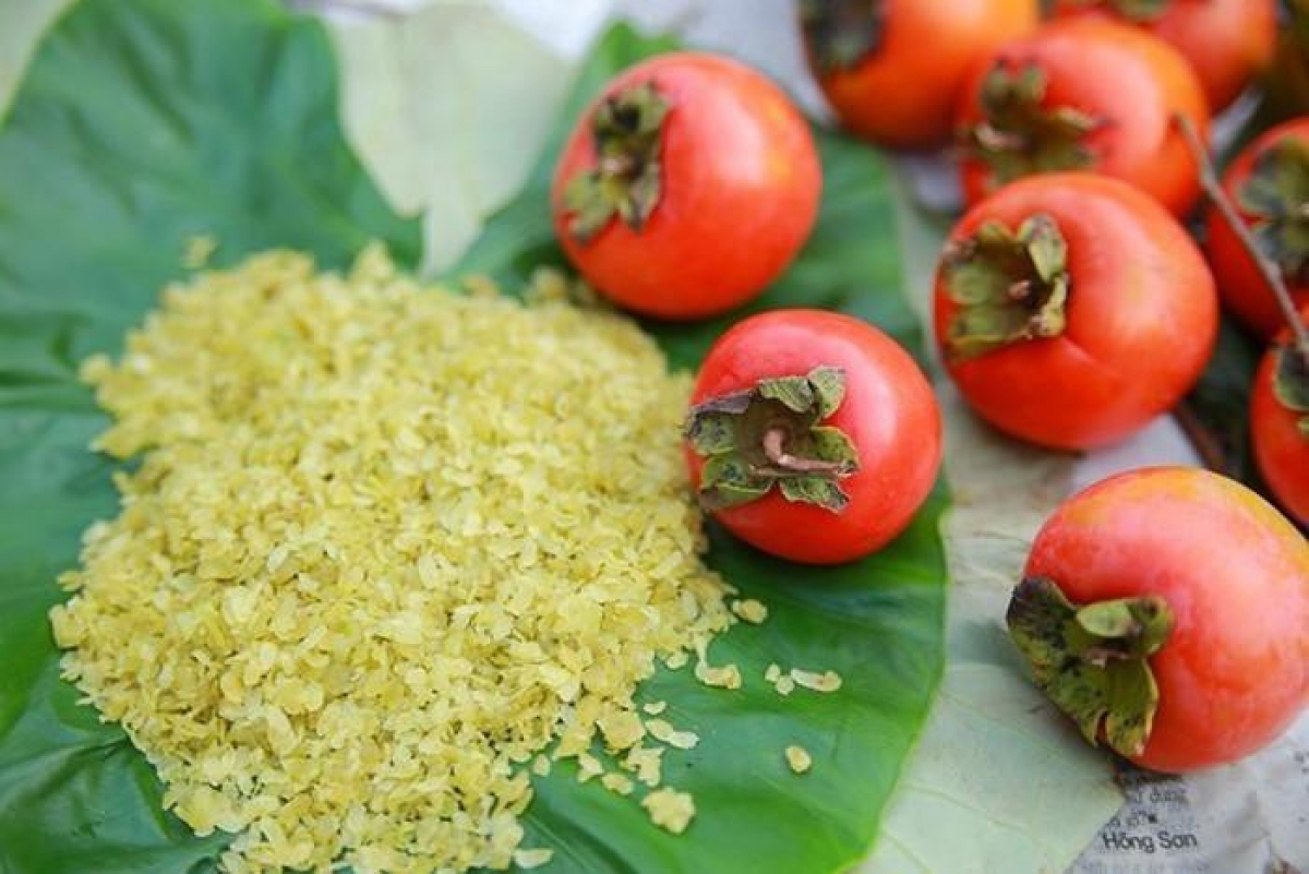 Young rice and persimmons are typical Hanoi autumn foods. (Photo: kienthuc.net.vn)