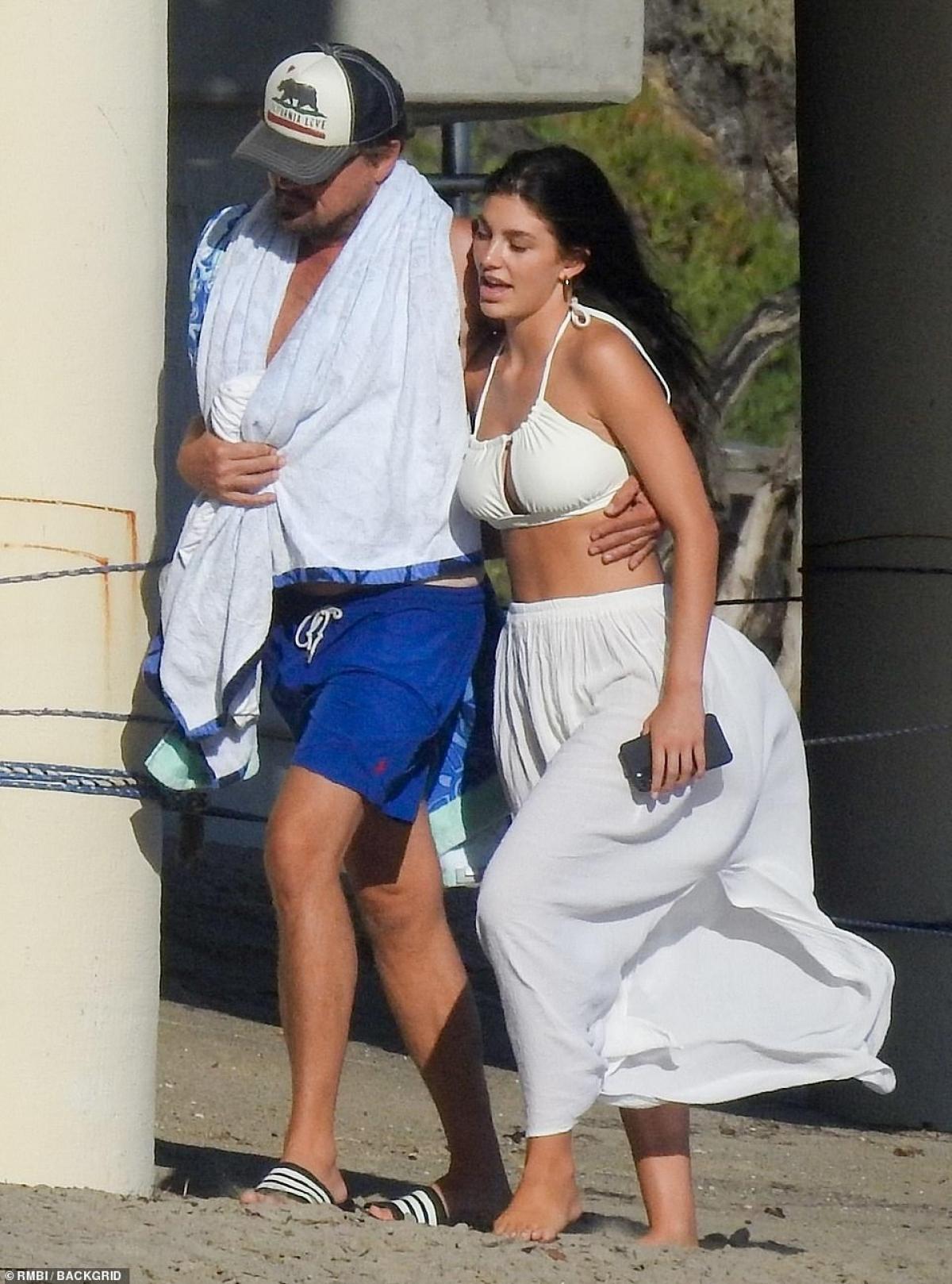 Leonardo DiCaprio tình tứ ôm eo bạn gái Camila Morrone đi dạo quanh bờ biển ở Malibu vừa qua.