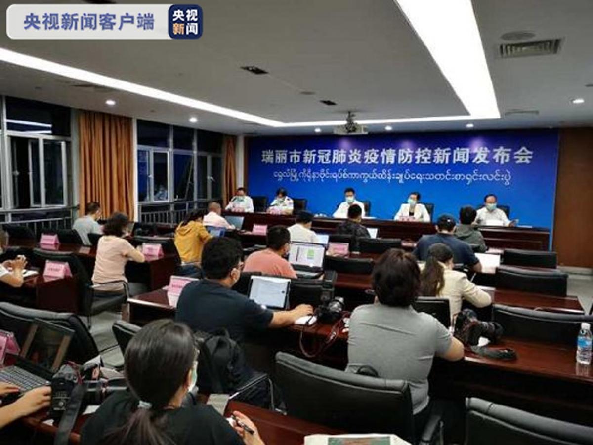 Thành phố Thụy Lệ tổ chức họp báo khẩn đêm 14/9. Ảnh: CCTV