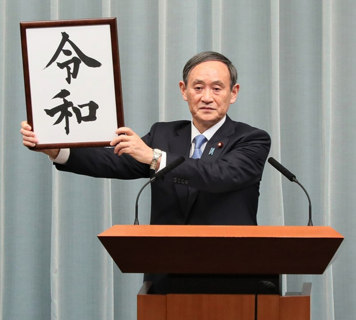 Ông Suga trong buổi họp báo công bố thay đổi Niên hiệu vào ngày 1/4/2019