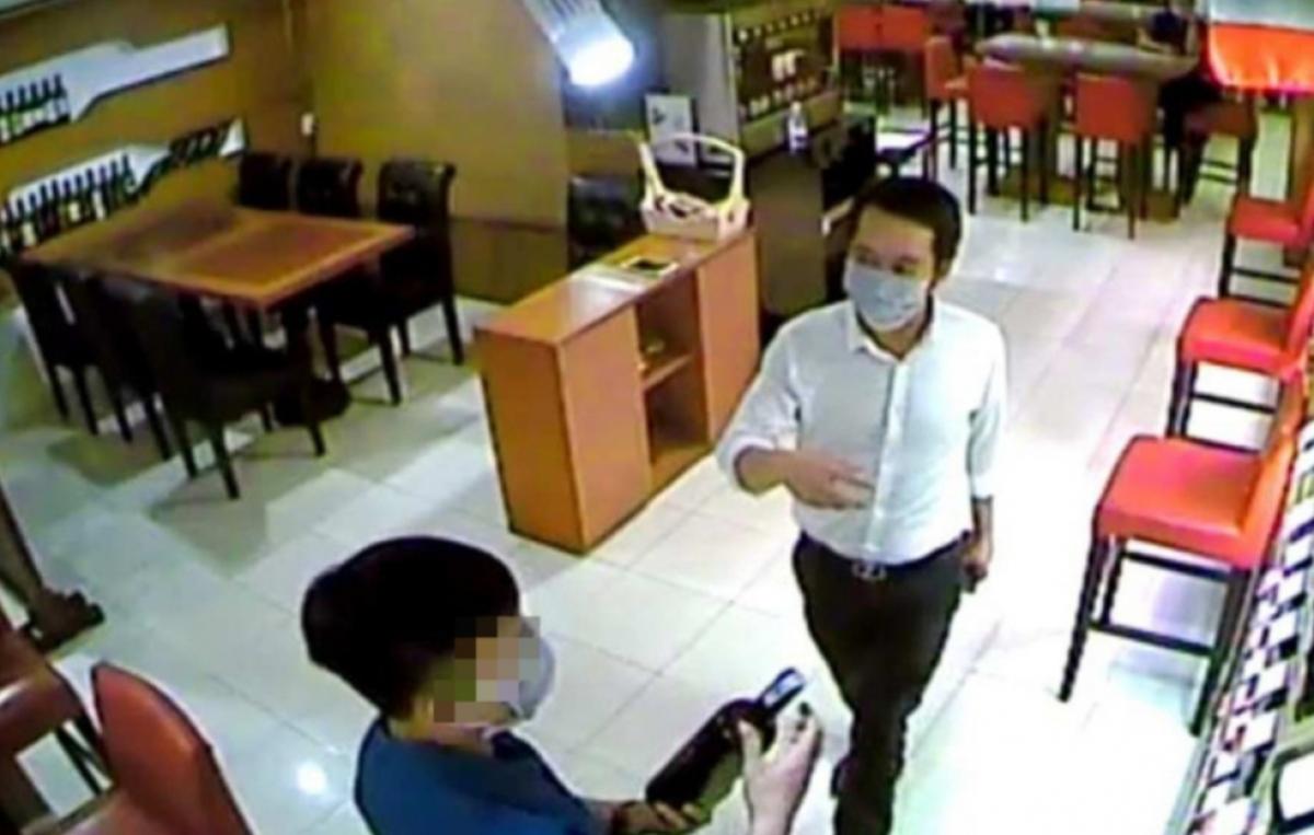 Hà Thanh Thảo (áo trắng) trong một cuộc hẹn mua rượu ngoại sau đó chiếm đoạt.