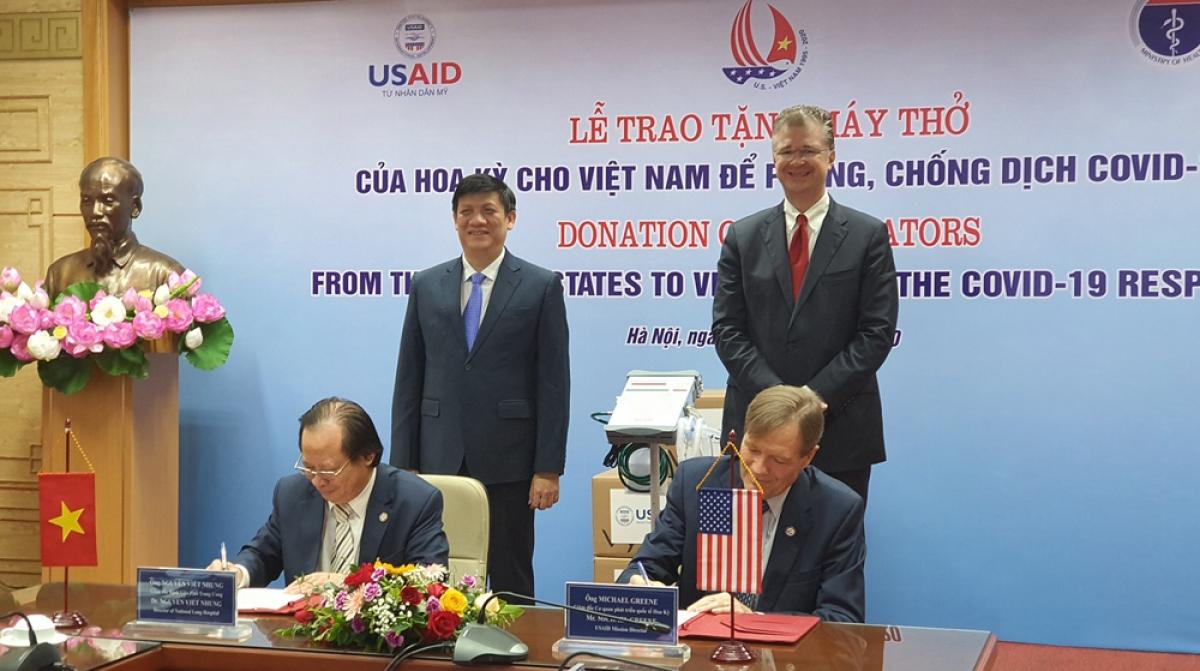Hoa Kỳ trao tặng Việt Nam 100 máy thở hỗ trợ phòng, chống Covid-19.