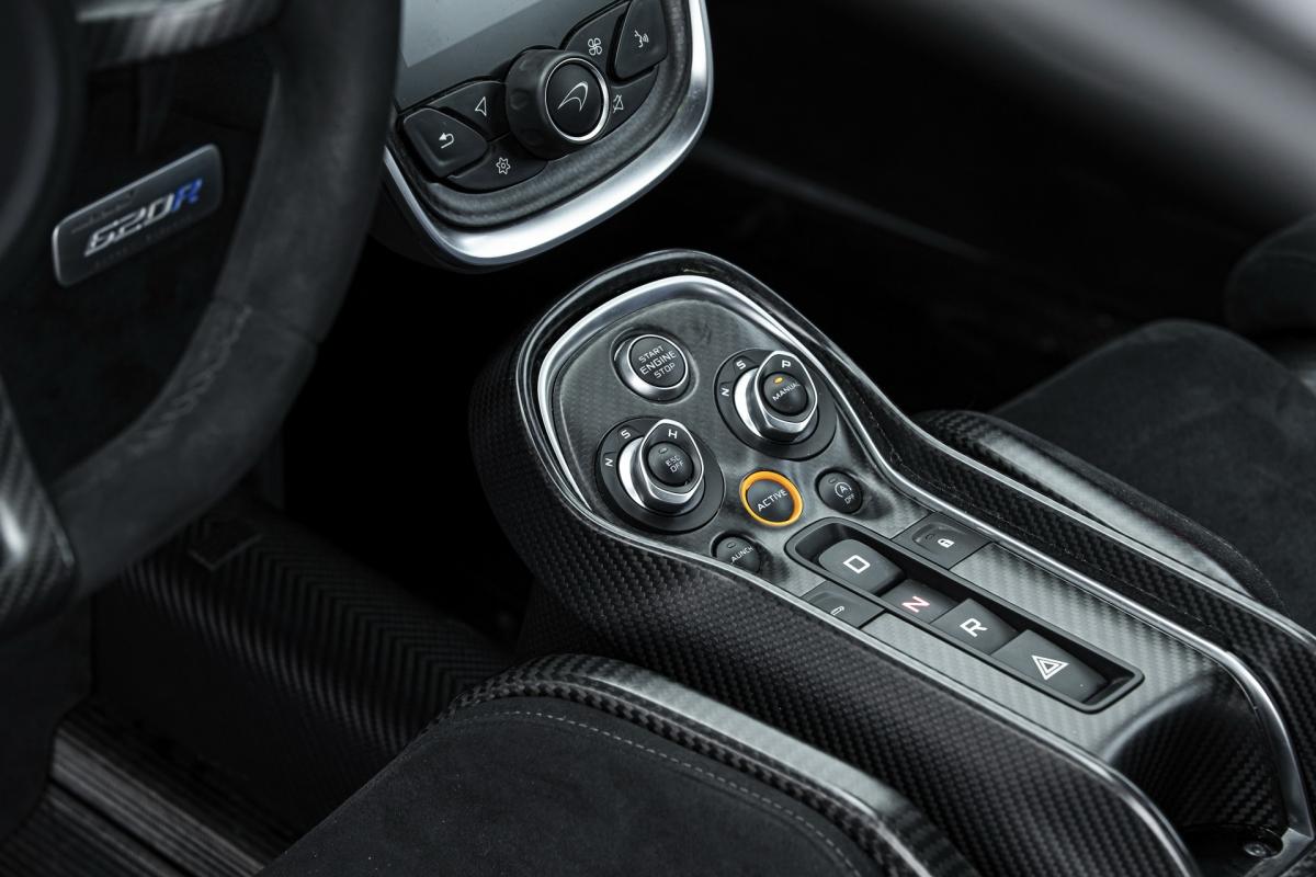 """Bên trong, khoang lái của xe cũng trang bị nhiều chi tiết """"vay mượn"""" từ McLaren 570S GT4 và 600LT như ghế đua được làm bằng sợi carbon, đai an toàn 6 điểm, lẫy chuyển số bằng sợi carbon, dây kéo mở cửa, dấu đánh hướng 12 giờ trên vô-lăng và hệ thống theo dõi đường đua (Track Telementry)."""
