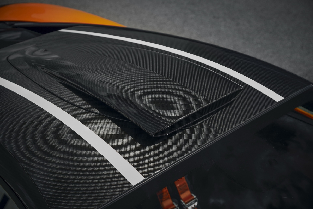 Cuối cùng, các chi tiết khí động học bên ngoài sẽ được hoàn thiện bằng sợi carbon phủ bóng, nội thất bên trong sẽ được trang bị với gói ốp sợi carbon. Gói trang bị này sẽ được bán ra với giá 25.00 bảng Anh tại thị trường quê nhà.