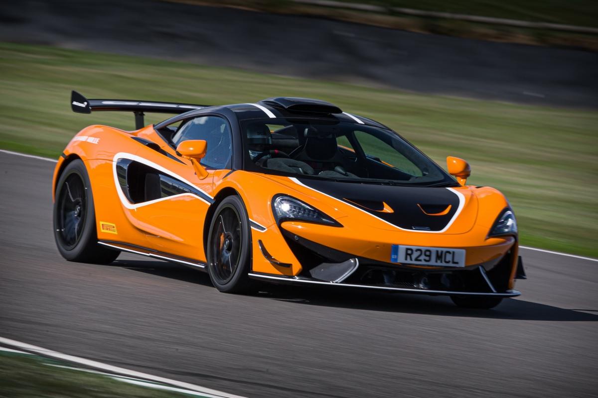 Ngoại thất của xe sở hữu thiết kế với các chi tiết khí động học được thương mại hóa, không quá tập trung vào đường đua như những chiếc 570S GT4.