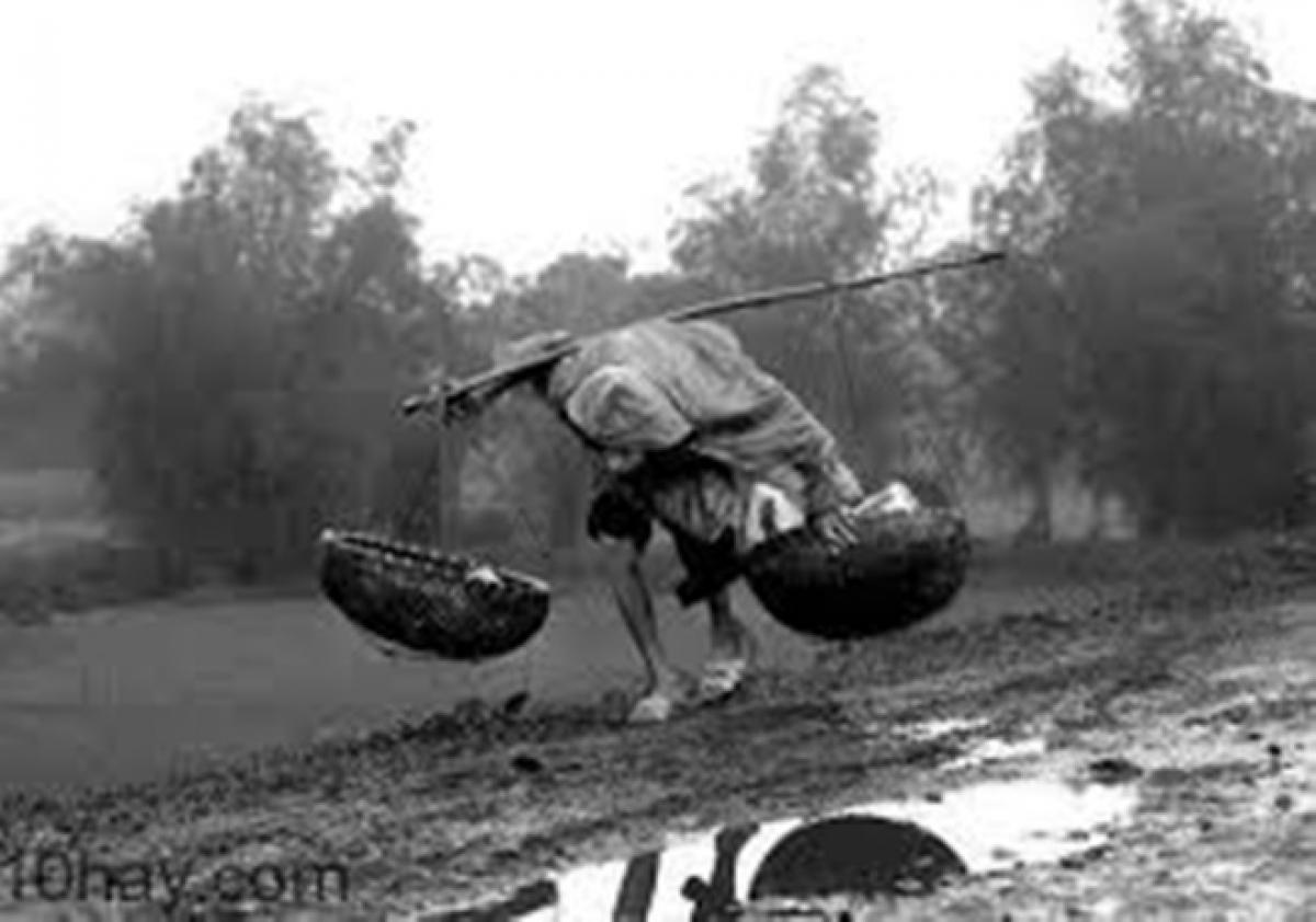 Hình ảnh những con người tần tảo mưu sinh giữa cơn mưa nặng hạt luôn để lại nhiều dư vị khó quên