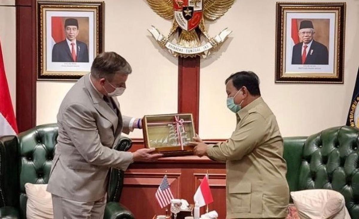 Quyền Thứ trưởng quốc phòng về chính sách Mỹ - ông James Anderson (trái) và Bộ trưởng Quốc phòng Indonesia, Prabowo Subianto. (Nguồn: Rancah.com).