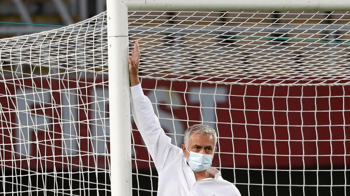 Jose Mourinho kiểm tra chiều cao khung thành. (Ảnh: Sky Sports)