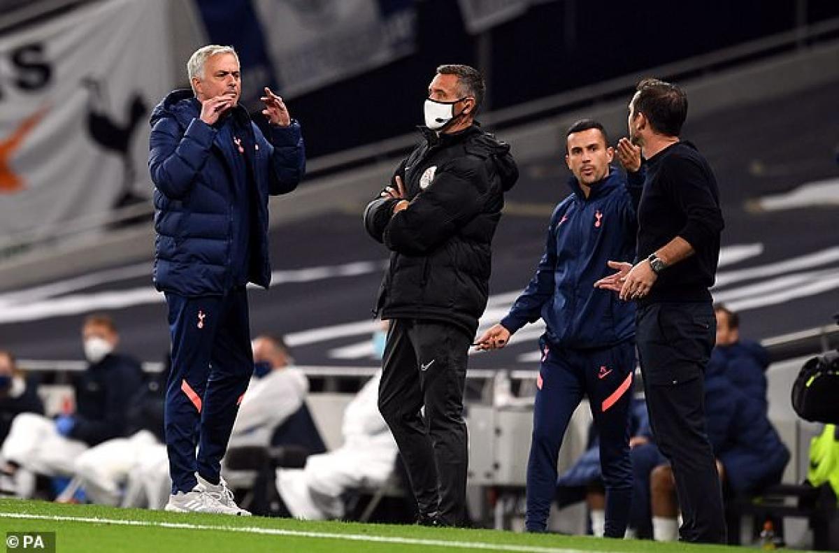 HLV Mourinho lời qua tiếng lại với HLV Lampard (Ảnh: PA).