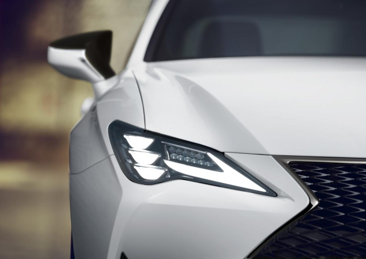 Nội thất của xe không nhận được sự thay đổi nào, ngoại trừ những phối màu mới được ra mắt. Nội thất có thể được lựa chọn với bảy phối màu độc quyền, bao gồm cả phối màu của bản F Sport. Hệ thống lọc không khí tự động là trang bị mới duy nhất bên trong khoang lái.