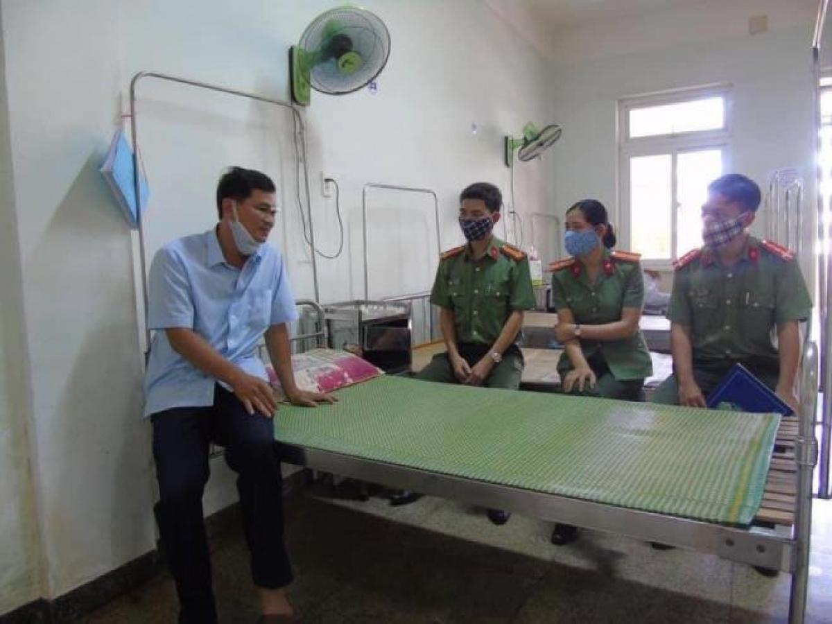 Đoàn thanh niên Công an tỉnh Quảng Ngãi đến thăm hỏi Đại úy Văn. (Ảnh: B.Đ)