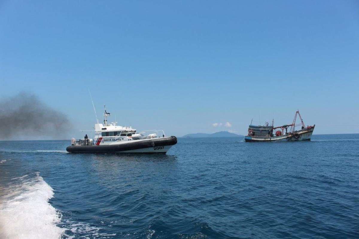 Tàu công vụ Malaysia (trái) và tàu cá Việt Nam. Ảnh: MMEA.