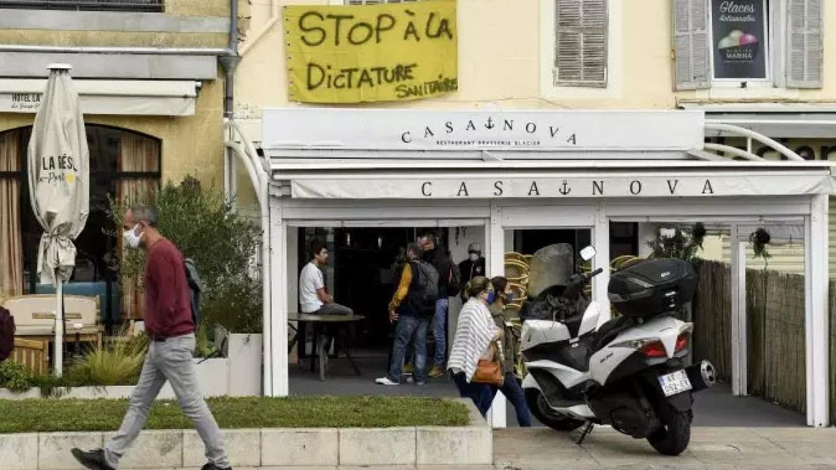 Nhiều nhà hàng trên toàn nước Pháp phải đóng cửa hoặc hạn chế hoạt động (Ảnh: Le Monde)