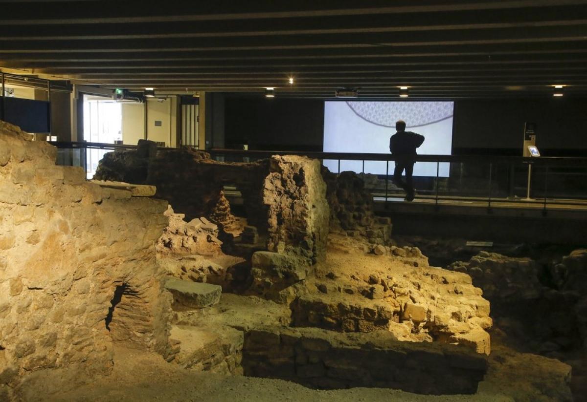 Trưng bày được bố trí xung quanh khu hầm khảo cổ. Ảnh: AP Photo/Michel Euler