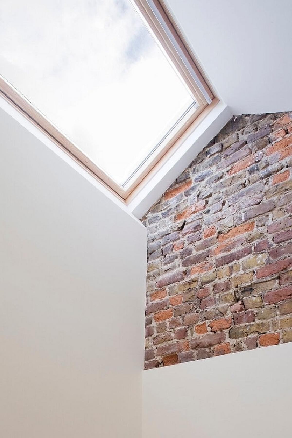 Để lộ một phần gạch trên tường tạo được điểm nhấn ấn tượng trong không gian.