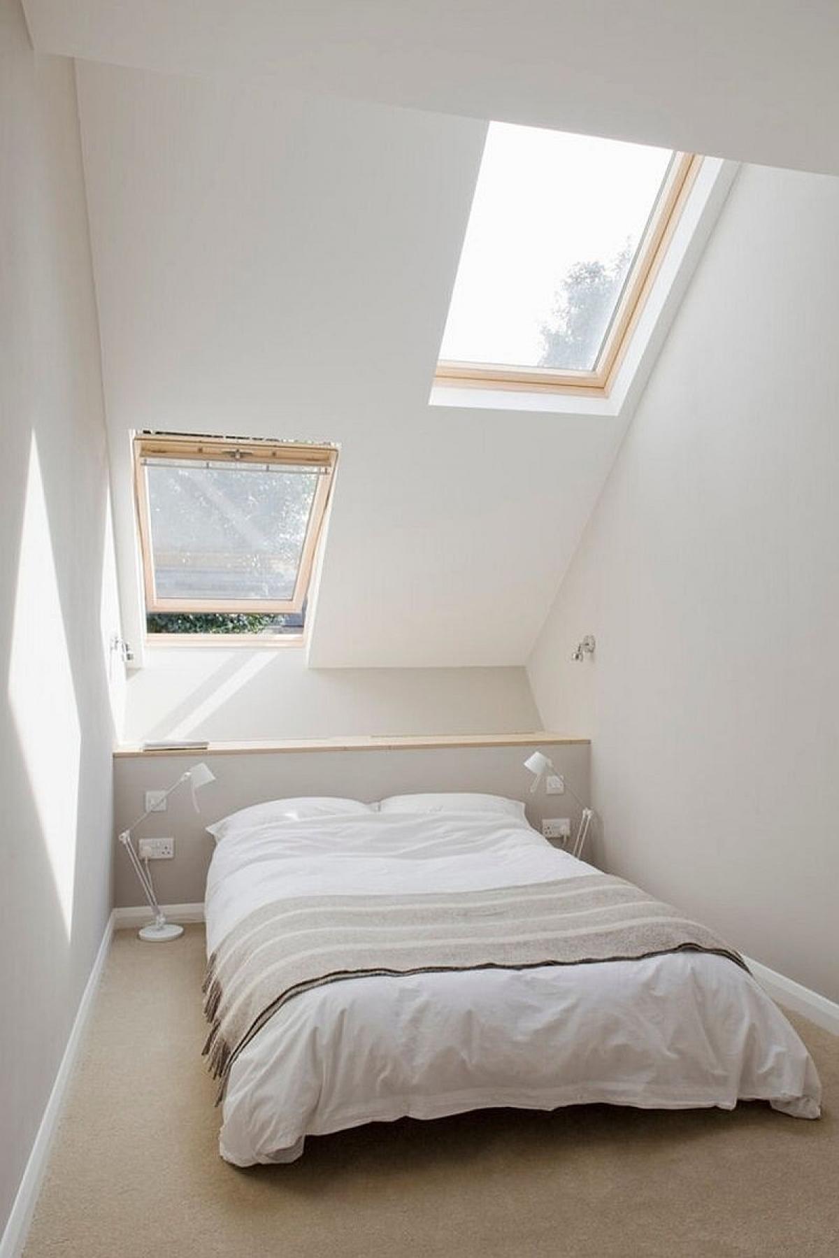 Phòng ngủ là một không gian đáng mơ ước với tông màu trắng cùng trần nghiêng./.