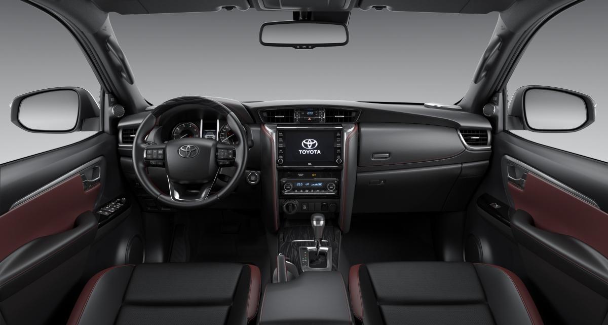 Bên trong buồng lái không có nhiều thay đổi. Màn hình thông tin giải trí đã tăng lên 8 inch, hỗ trợ Apple CarPlay và Android Auto, công nghệ định vị vệ tinh, âm thanh 11 loa,...
