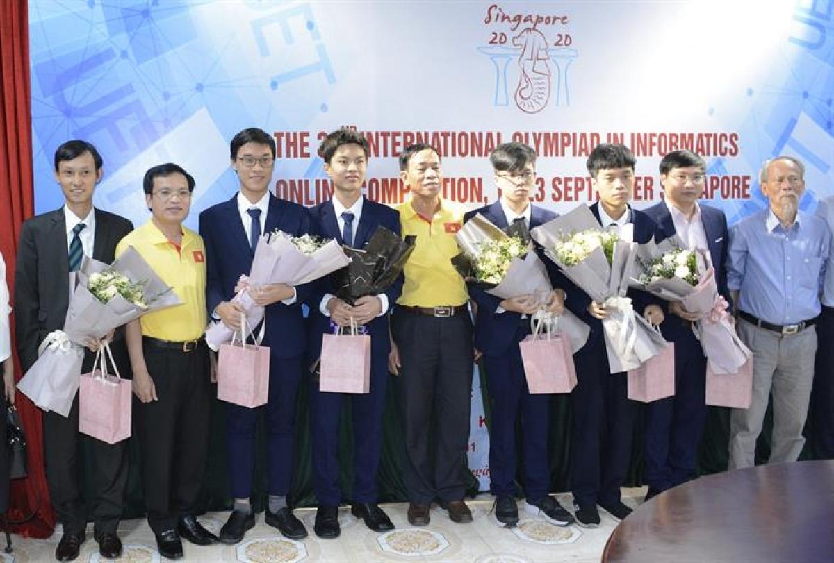 Ông Mai Văn Trinh, Cục trưởng Cục Quản lí chất lượng (Bộ GDĐT) chúc mừng các thí sinh đoạt giải