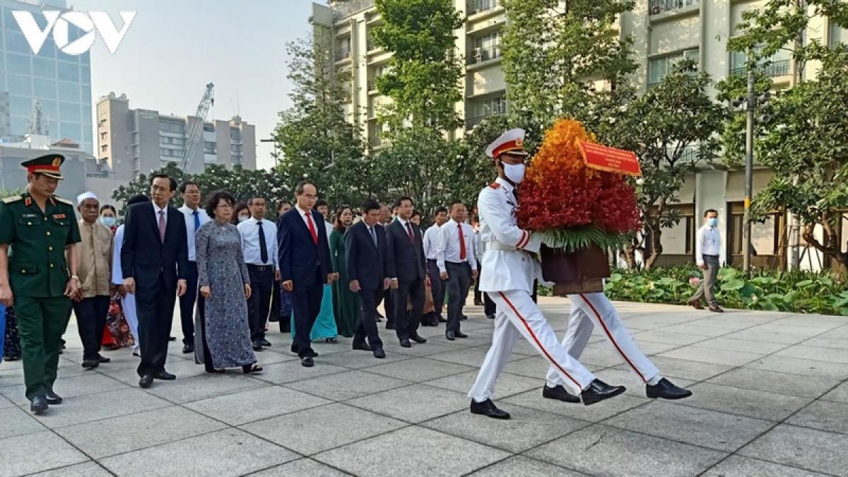 Đoàn lãnh đạo TPHCM dâng hoa lên tượng đài Bác Hồ ở phố đi bộ Nguyễn Huệ