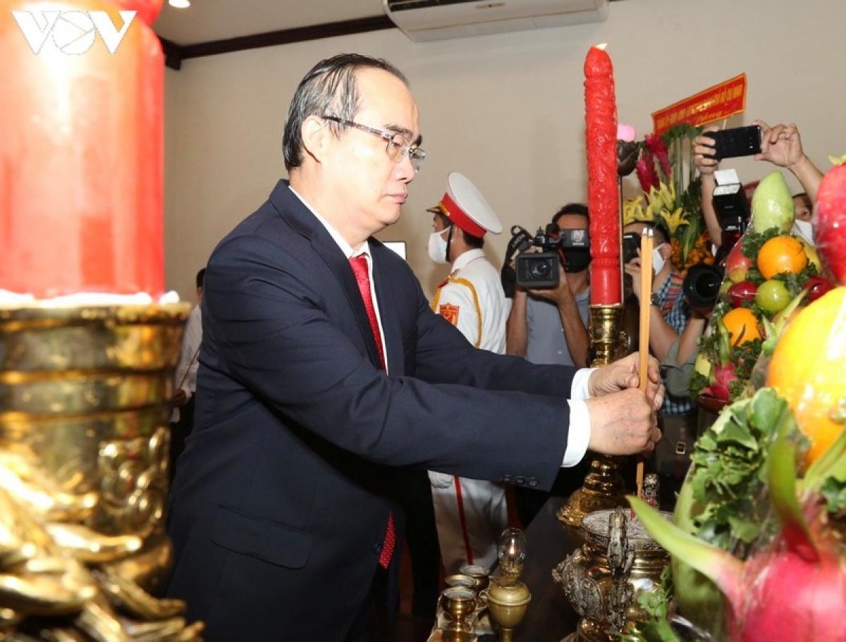 Bí thư Thành ủy Nguyễn Thiện Nhân thành kính dâng hương lên Chủ tịch Hồ Chí Minh