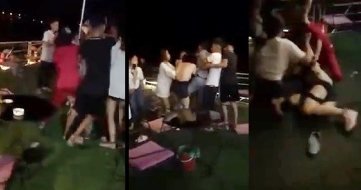 Cô gái trong quán cafe bị nhóm người đến đánh, chửi và lột đồ. (Ảnh cắt từ clip)