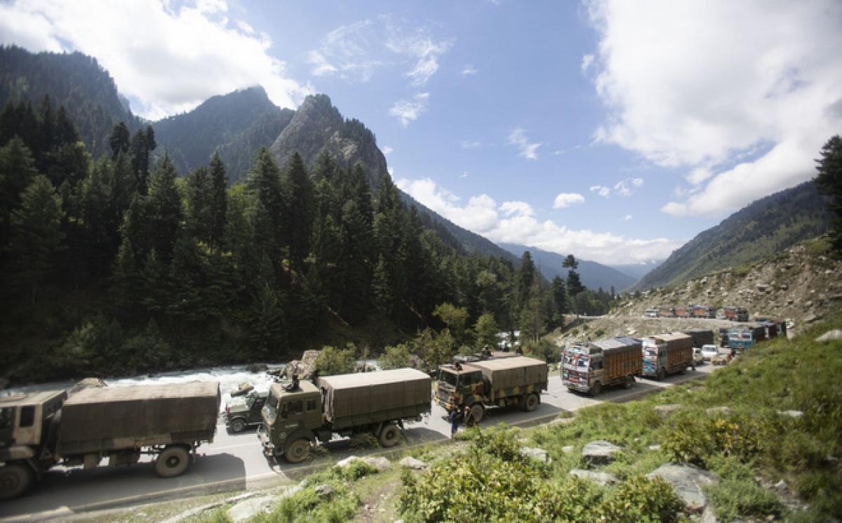 Đoàn xe quân sự Ấn Độ tăng cường ở biên giới Ấn-Trung. Ảnh: AP