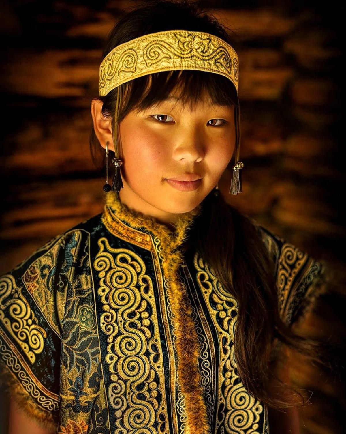 Thiếu nữ Nivkh với má hồng, có những nét kiểu Mông Cổ.