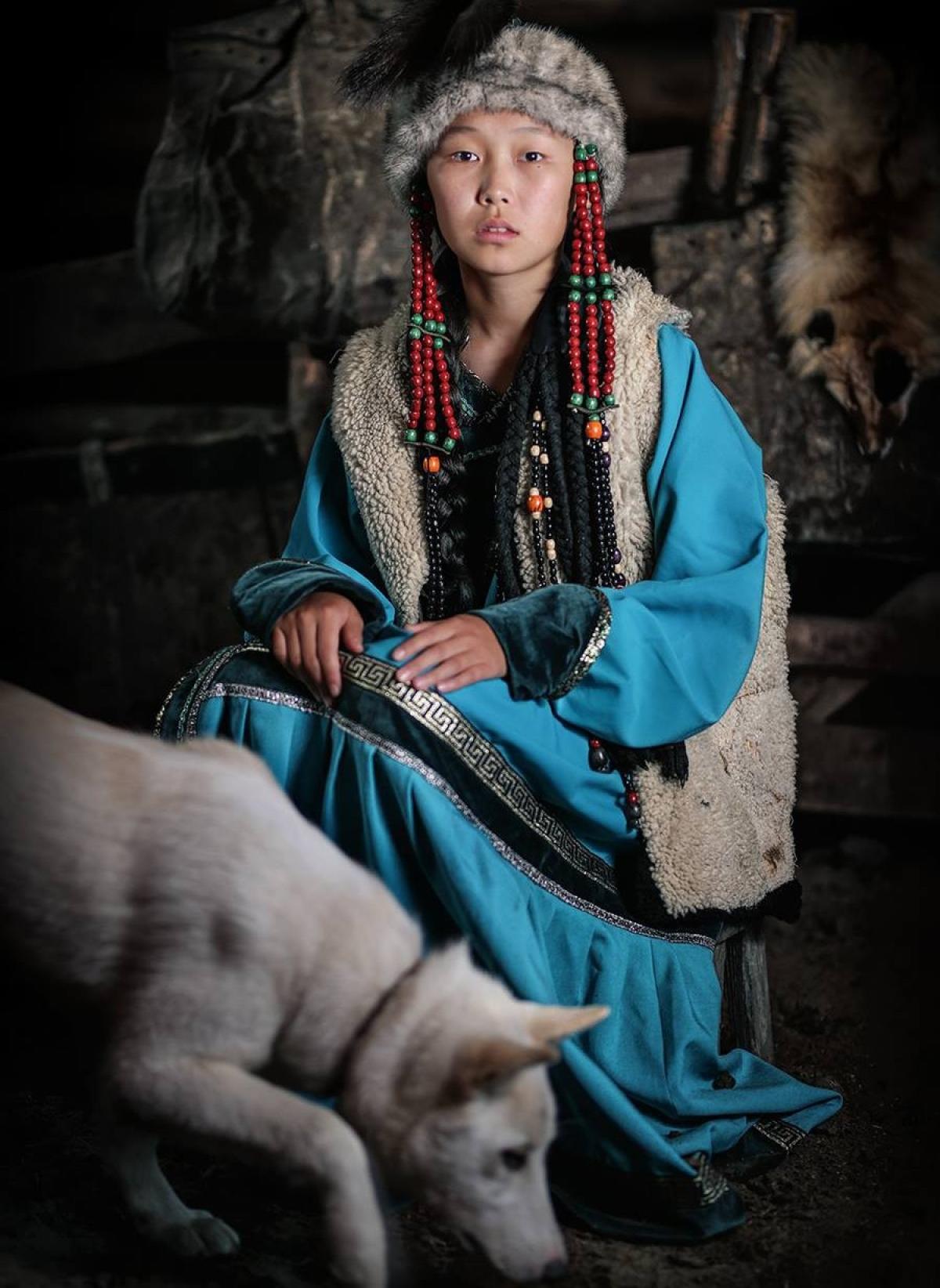 Thanh nữ Soyot, với trang phục hao hao các bộ lạc phương Bắc ở Trung Quốc.