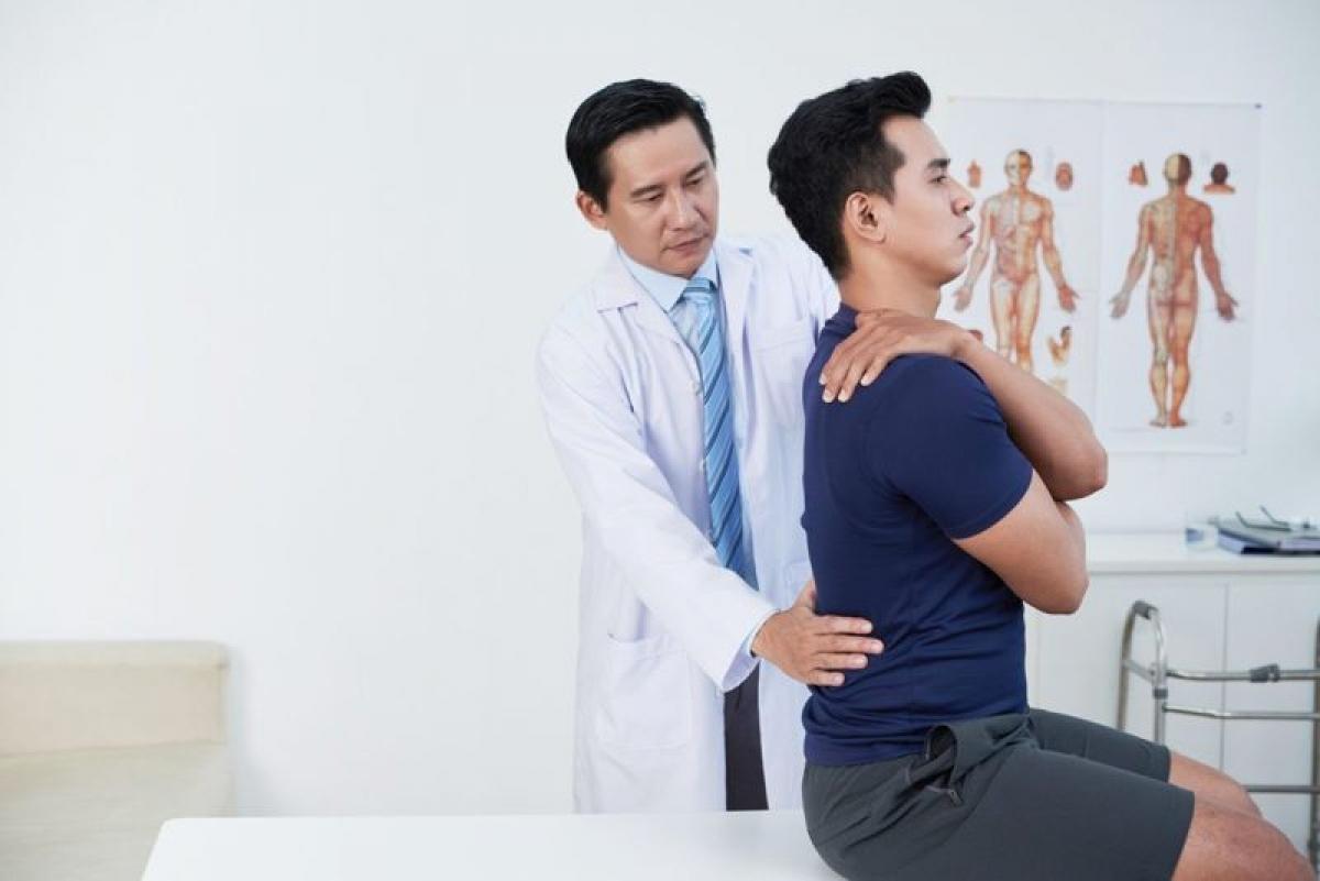 Tư thế đầu và cằm: Tư thế đứng còn bao gồm cả tư thế đầu, cằm và cổ. Bạn nên giữ đầu thẳng, tránh cúi, ngửa hay nghiêng đầu sang hai bên. Nên duy trì tư thế sao cho hai lỗ tai và hai vai thẳng hàng với nhau.