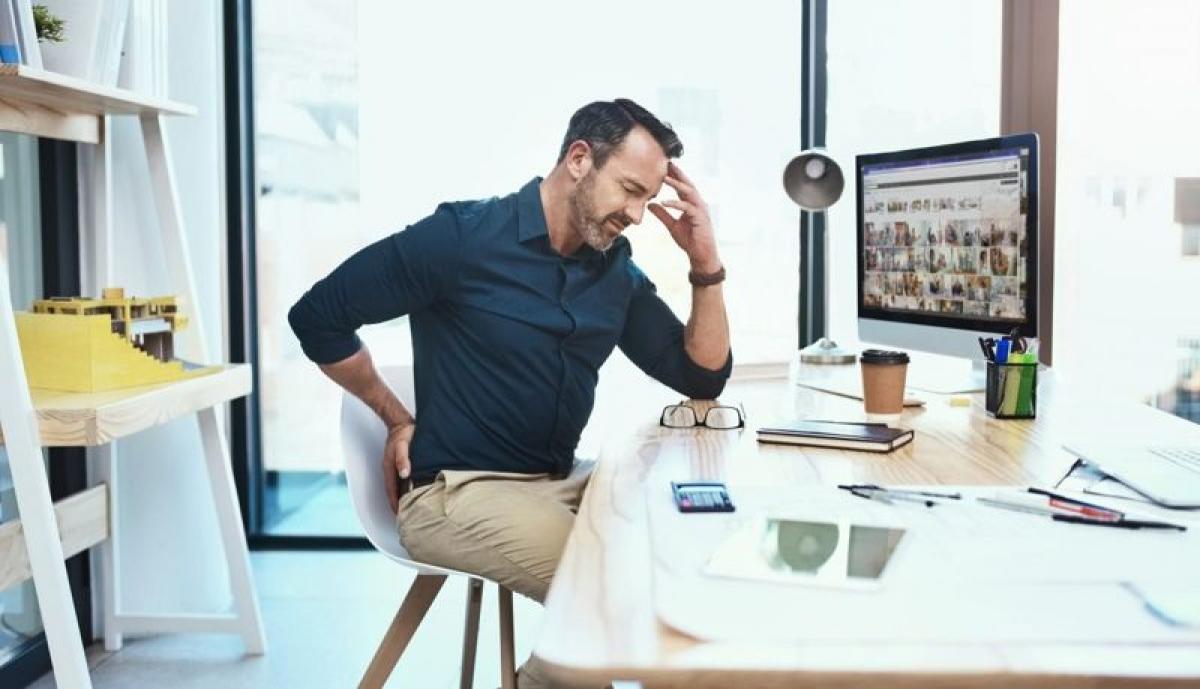 Hậu quả của việc đứng ngồi sai tư thế: Đứng hoặc ngồi sai tư thế có thể gây hao mòn sức lực, tăng nguy cơ chấn thương và gây các cơn đau. Sai tư thế còn ảnh hưởng đến độ linh hoạt của các khớp, giảm thăng bằng cơ thể và thậm chí gây khó thở và khó tiêu.