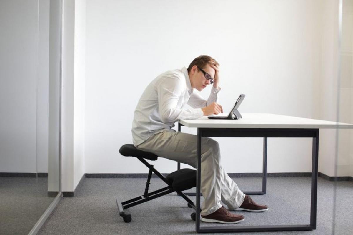 Nguy cơ từ tư thế ngồi trước máy tính: Việc ngồi lâu trước máy tính đều dễ dẫn đến ngồi sai tư thế, khiến lưng bị gù vĩnh viễn. Nghiên cứu cho thấy tư thế ngồi làm việc không đúng có thể gây các vấn đề về thăng bằng ở người lớn.