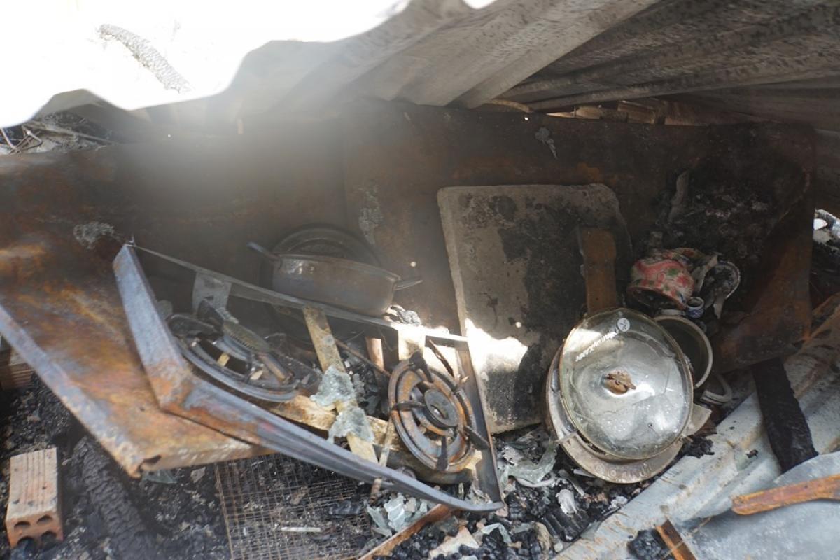 Dãy nhà trọ bị ngọn lửa thiêu rụi cùng nhiều đồ đạc bên trong.